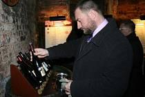 Nový Salon vín 2014 v podzemí valtického zámku otevírá své brány. V pátek měli možnost ochutnat sto nejlepších vín České republiky ocenění vinaři a pozvaní hosté. V sobotu se nově obměněná stálá degustační expozice poprvé otevře veřejnosti.