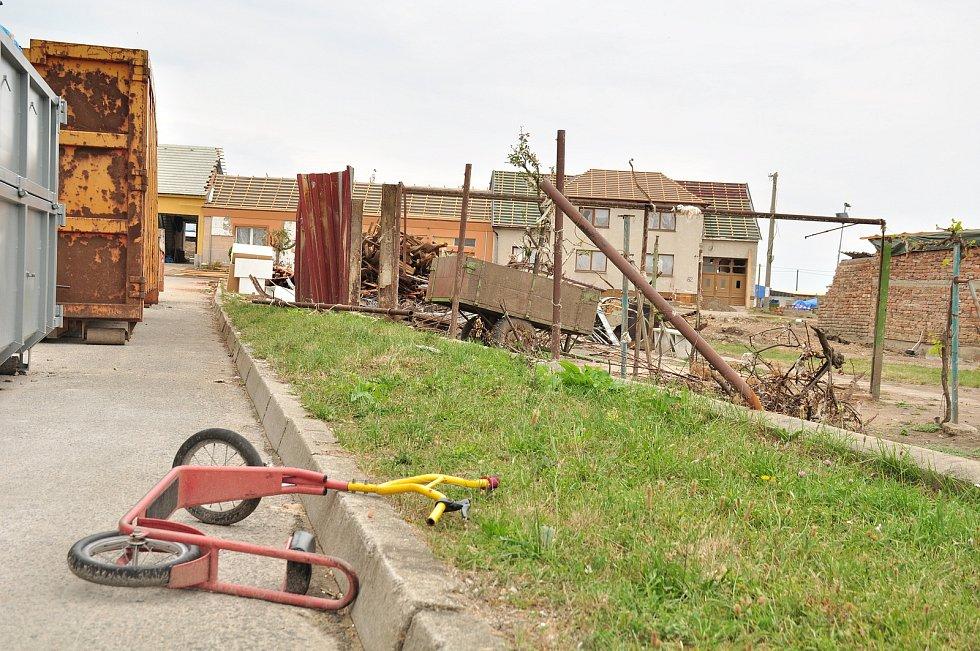Mateřskou školu v Hruškách poničilo tornádo.