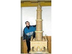 Jaroslav Vajbar z Rakvic na Břeclavsku má na třináct rekordních zápisů za nejmenší či největší výrobky ze slámy. Vytvořil tak například lednický minaret.