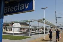 Autobusy ještě na novém přestupním terminálu v Břeclavi nejezdí. Dělníci nicméně už dolaďují poslední detaily a práce na něm finišují. Nákladná stavba se má slavnostně otevřít v pátek šestadvacátého září.