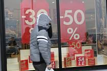 Obchody lákají po Vánocích své zákazníky na velké slevy. Výjimkou není ani Břeclav. V obchodním centru u Tesca prodejci zlevňují zboží až o sedmdesát procent.