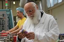 Rabín Benjamin Hoffman dorazil do Podivína, aby dohlédl na výrobu košer produktů.