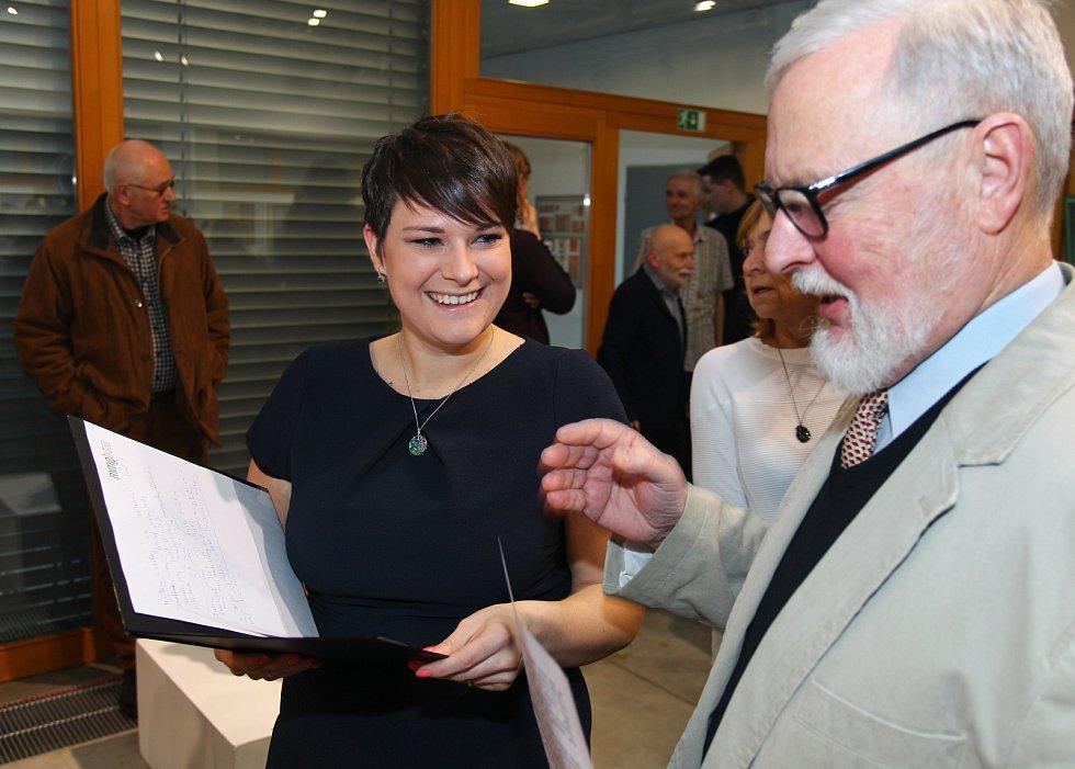 Výtvarník Karel Křivánek vystavuje v břeclavském muzeu. Na vernisáž přišel zástup lidí.