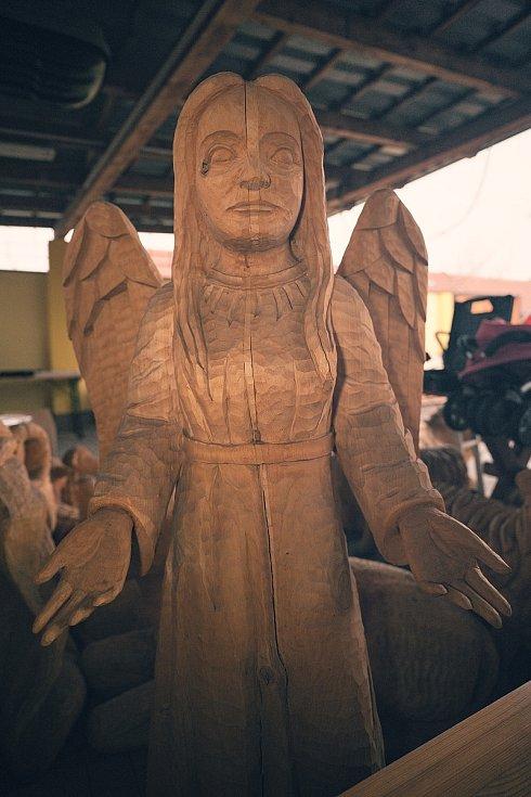 Dřevěný betlém Víta Martince z Břeclavi má už čtrnáct figur. Jsou v životní velikosti. Před svým domem muž chystá jesličky pátým rokem vždy k první adventní neděli.