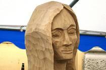Už chybí jen poslední detaily a pětice soch získá definitivní podobu. Premiérový ročník dřevosochání v Břeclavi vyvrcholí v neděli ve tři hodiny odpoledne, kdy lidé mohou umělecká díla získat v dražbě.