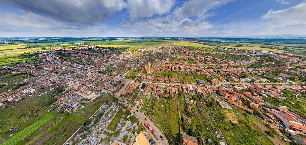 Letecký snímek po tornádu.