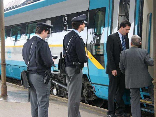 Účastníci ukázkové jízdy, která začínala v Praze, mohli v průběhu cesty nakouknout například i do kabiny strojvedoucího.