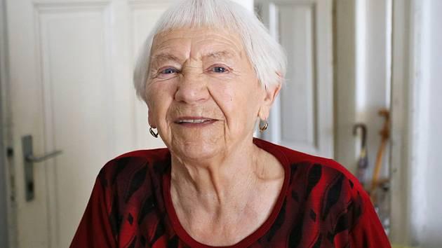 Přežila výslechy gestapa i útrapy komunistického režimu. Libuše Kowačová z Břeclavi oslavila v úterý sedmadevadesáté narozeniny. K narozeninám jí popřál i místostarosta Břeclavi Richard Zemánek.