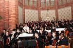 Zpěváci a hudebníci předvedli v poštorenském kostele Dvořákovy Svatební košile.