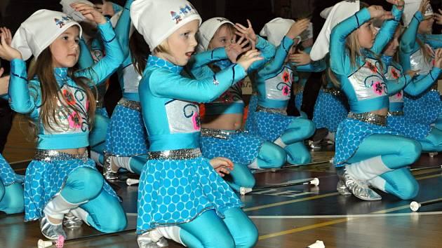 Malé hustopečské mažoretky z Baby Stars nyní vystupují jako šmoulové.