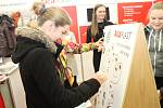 Žáci, studenti i ostatní lidé se ve čtvrtek zajímali o práci velkých firem v regionu. Ty při Břeclavském fortelu v Domě školství lákaly potenciální zájemce do svých řad.