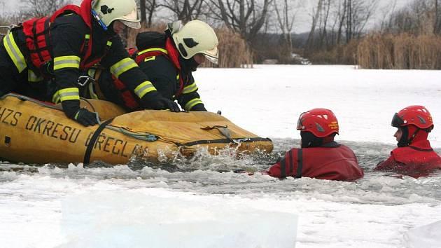 Břeclavští hasiči nacvičovali na zamrzlém rybníku za městem záchranu člověka, pod kterým se prolomil led.