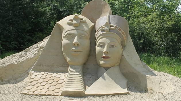 Šestnáct velkých soch z mořského písku je k vidění na výstavě v Lednici, jejímž tématem je Afrika. Potrvá až do října.