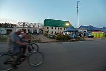 Následky tornáda a úklid v pondělí 28.6. v Moravské Nové Vsi. Na snímku úřad městyse