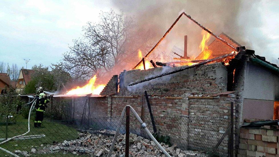 Požár poničil v obci Novosedly rodinný dům. Hořet začalo kvůli technické závadě.