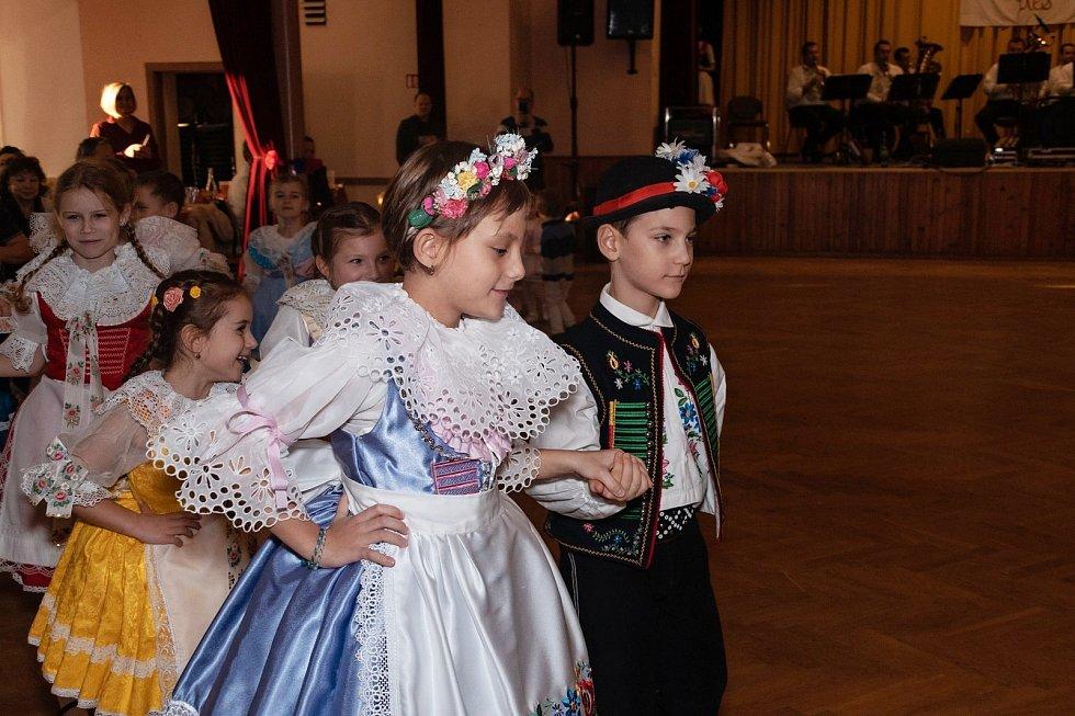 Nedělní dětský krojový ples zahájily děti z folklorního souboru Krajcárek moravskou besedou.