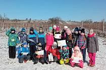 Za názornou výukou prvouky vyrazili rakvičtí školáci ven do přírody.