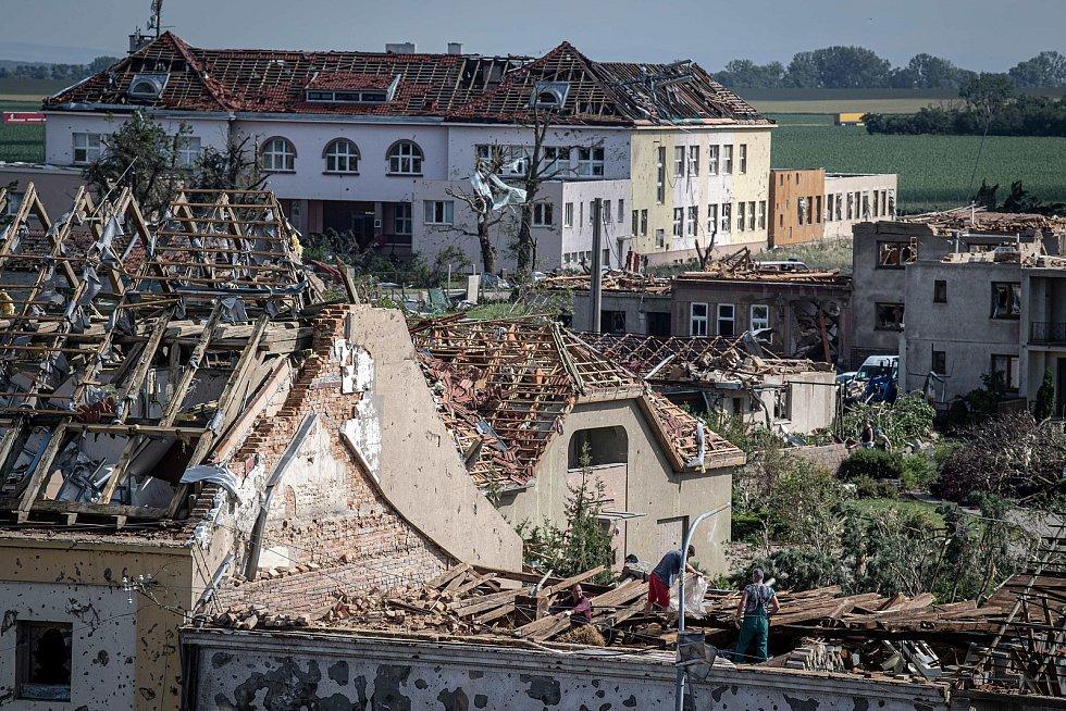 Poničená budova Základní školy v Moravské Nové Vsi. (na snímku úplně vzadu)