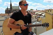 Zpěvák Pepe Vališ z Valtic představil nový sólový klip Případ.