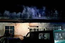 Plameny šlehaly v noci z pátku na sobotu z areálu autodílny v ulici Národních hrdinů v Břeclavi. Plochu o rozloze deset krát dvacet metrů musely hasit hned tři jednotky.