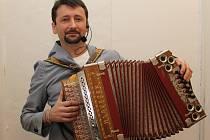 Čtyřicet účinkujících zahrálo na harmoniku při sobotním Setkání harmonikářů v Pohořelicích. Nejstaršímu hudebníkovi bylo pětaosmdesát let, nejmladší dívce teprve čtrnáct.