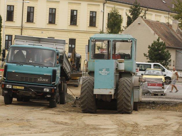 Dělníci opravují silnici ve Veslařské ulici vBřeclavi. Vpracích pokračují oproti původnímu harmonogramu ipřes léto.