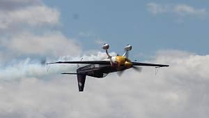 """Letecký den: rachotící Gripeny, válečný Spitfire či akrobatický """"šílenec"""" Šonka"""