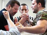 V Podivíně se utkali muži i ženy silných paží v soutěži v páce, armwrestlingu.