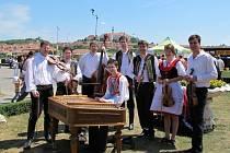 Na loňských Mikulovských vinných trzích hrála cimbálová muzika Eliška z Velkých Němčic až devět hodin.