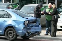 Nehoda tří aut blokovala jeden jízdní pruh v Lidické ulici v Břeclavi.