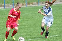 Fotbalistky Velkých Pavlovic (v červeném) dohrávaly utkání se Šardicemi v osmi hráčkách v poli.
