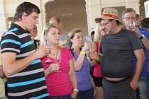 """Valtice žily potřetí pestrou akcí s názvem Víno bez hranic. Zámeckou jízdárnu a okolí zaplnily davy lidí. Dvoudenní program nabídl ochutnávky moravských a rakouských vín, venkovní koncerty a došlo i na cyklistický """"závod"""" do sousedního Schrattenbergu."""