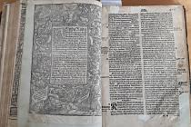 Boleradičtí mají zpět doma cenný výtisk Melantrichovy bible z roku 1560.