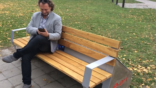 Chytrá lavička v ulici Hraničářů už slouží obyvatelům Mikulova. Lidé si tam mohou dobít telefon nebo se připojit k internetu.