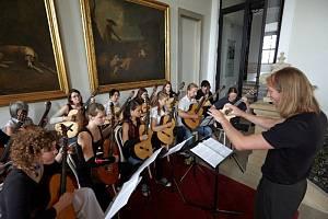 Koncert účastníků festivalu a kytarového orchestru vedeného dirigentem Rostislavem Coufalem.