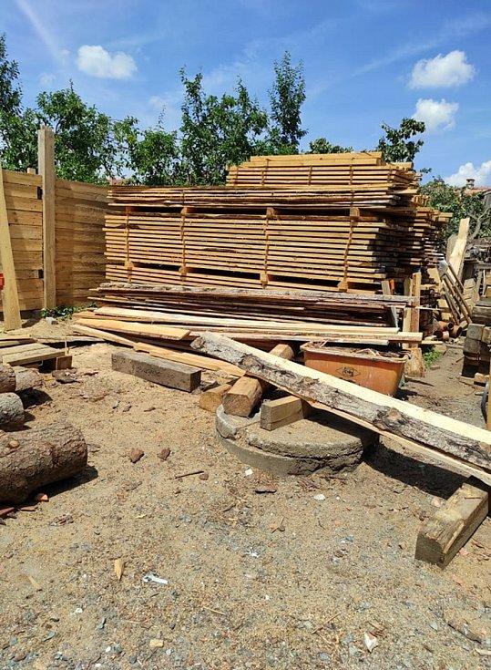 Truhlářství Víšek přímo na místě řeže latě k zakrývání střech poškozených domů.