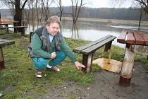 Jakub Bartolčic ukazuje, kde až před jeho pivnicí byla voda v roce 2006.