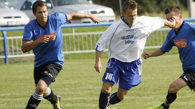 Ledničtí fotbalisté (v bílém) doma měli převahu, body ale brali Velkopavlovičtí.