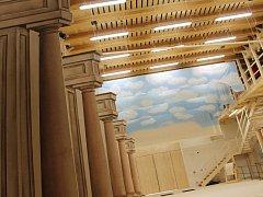 Náročná obnova zámeckého barokního divadla ve Valticích míří do finále. Dělníci už jen ladí poslední detaily.
