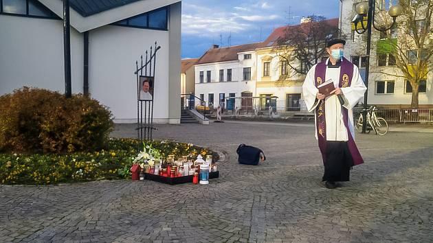 Římskokatolická farnost v Břeclavi zřídila u tamního kostela svatého Václava pietní místo k uctění zemřelého duchovního Josefa Ondráčka.