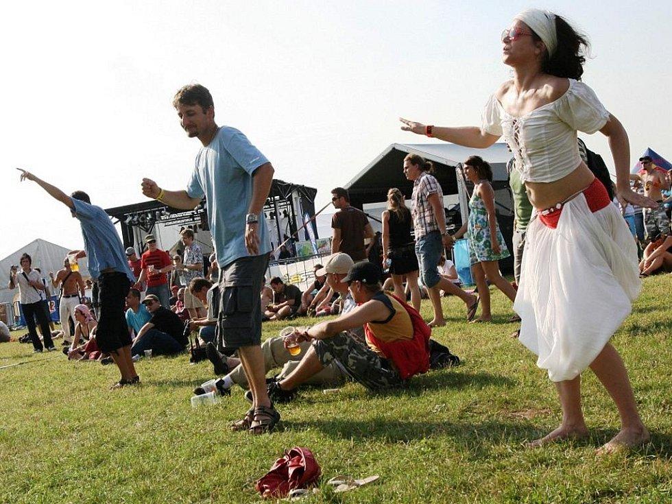 DLOUHÁ NOC. Tisíce tanečníků protančily sobotní noc na břeclavském letišti na festivalu Creamfields. S živými kapelami i DJs.