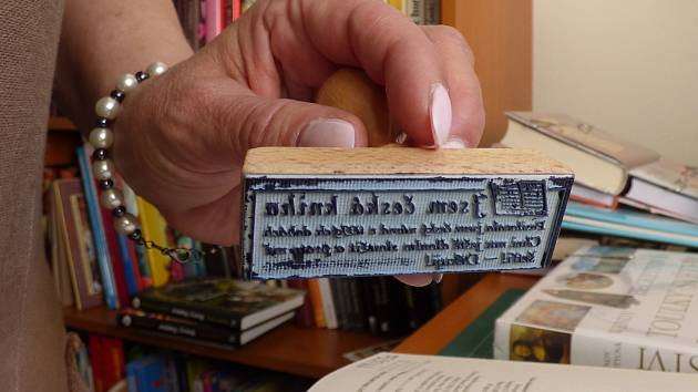 V mikulovské knihovně používají nové razítko. Jeho původ sahá nejspíš do období První republiky.