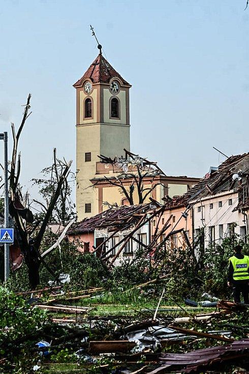 Následky tornáda na Břeclavsku.
