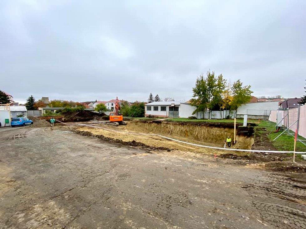 Dělníci už kopou základy pro nový domov důchodců, který vyroste v Hustopečích.