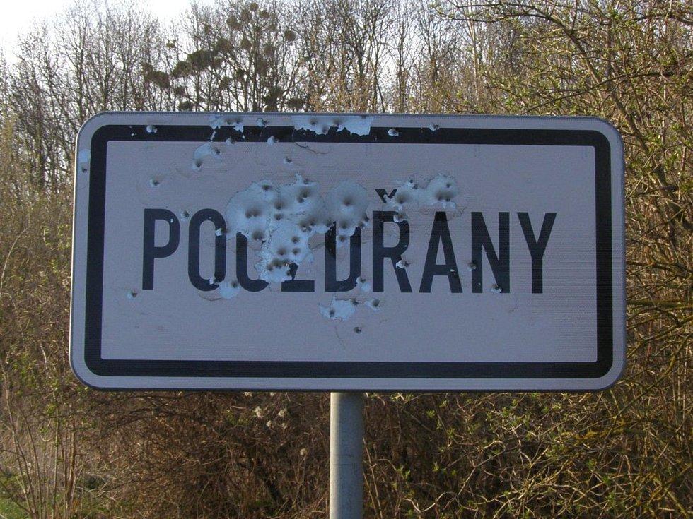 Nedaleko prvních domů v Pouzdřanech někdo rozstřílel ceduli označující vstup do obce.
