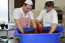 Žáci cvrčovického učiliště oboru kuchařské práce si mohli díky projektovému dnu vyzkoušet, jak vypadá zabijačka.