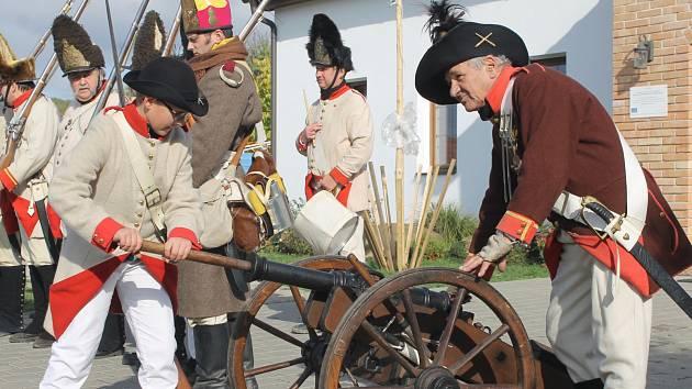 V Popicích rozložilo tábor Napoleonovo vojsko a přihlížející byli svědky boje. Dokonce mohli ochutnat něco z vojenské polní kuchyně či vystřelit si ze zbraně.