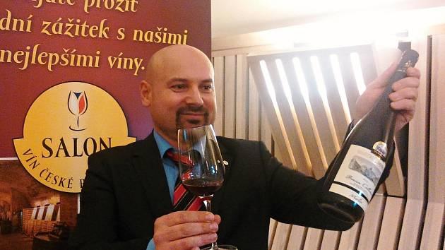 Šampionem prestižní soutěže Salon vín je červené víno z Chateau Valtice. Titul slavil za společnost Marek Šťastný.