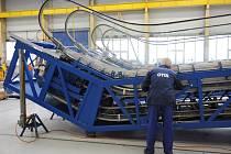 Při příležitosti výročí firmy otevřel brány svých výrobních hal břeclavský Otis. V té hlavní, dvě stě metrů dlouhé, dělníci pracují na jednotkách eskalátorů pro metro. Vše musí sedět na desetiny milimetru.