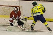 Břeclavští hokejisté (ve žlutém) v duelu proti Opavě.